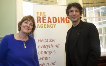 Neil Gaiman parla della lettura e delle biblioteche e del loro peso nella società