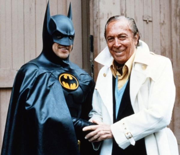 Michael Keaton, interprete di Bruce Wayne/Batman nei due film di Tim Burton, e Bob Kane