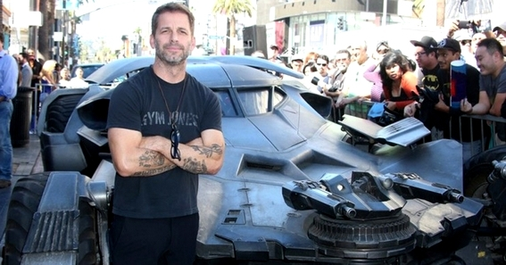 Zack Snyder posa di fronte alla Batmobile di Batman v Superman, su Hollywood Boulevard