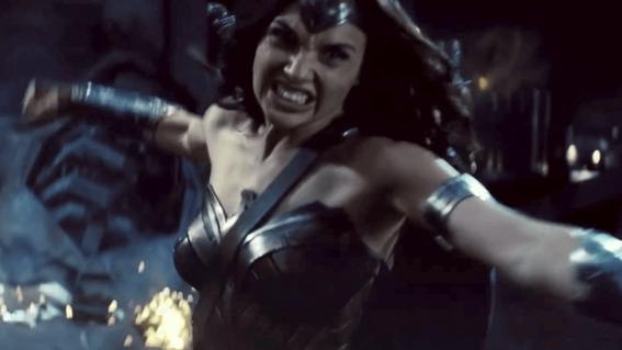 Wonder Woman (Gal Gadot) in un fotogramma del trailer di Batman v Superman: Dawn of Justice
