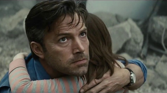 Bruce Wayne (Ben Affleck) assiste impotente, tra le macerie, alla distruzione di Metropolis