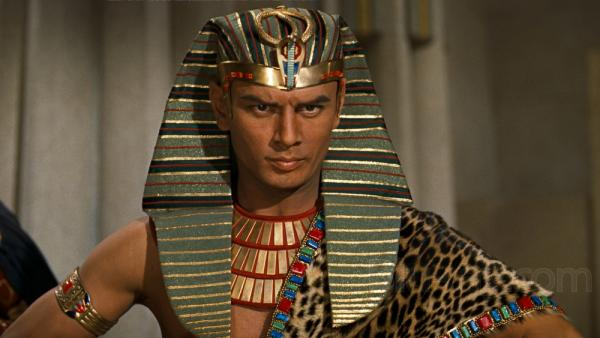 Yul Brynner nei panni del faraone cattivissimo che perde tantissimo ne I Dieci Comandamenti