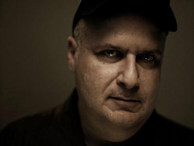 Un ritratto del regista Alex Proyas che lo ritrae in un raro momento di allegria