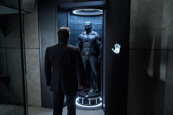 Bruce Wayne (Ben Affleck) di spalle, di fronte al Batsuit