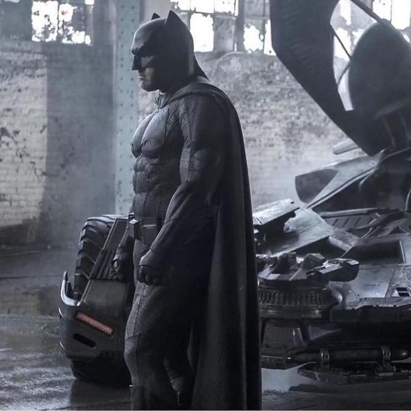 Batman (Ben Affleck) in una foto ufficiale di Batman v Superman: Dawn of Justice