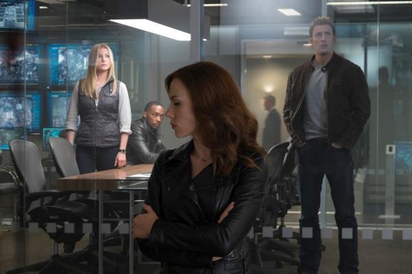 Emily Van Camp, Scarlett Johansson e Chris Evans