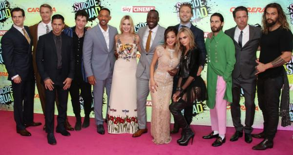 Il cast di <i>Suicide Squad</i> e alcuni attori protagonisti di <i>Justice League</i> alla première di Londra del 3 agosto. Da sinistra a destra: Henry Cavill (Superman), Joel Kinnaman (Rick Flag), Jay Hernandez (El Diablo), Ezra Miller (Flash), Will Smith (Deadshot), Margot Robbie (Harley Quinn), Adewale Akinnuoye-Agbaje (Killer Croc), Karen Fukuhara (Katana), Jai Courtney (Captain Boomerang), Cara Delevingne (Incantatrice), Jared Leto (Joker), Ben Affleck (Batman) e Jason Momoa (Aquaman)