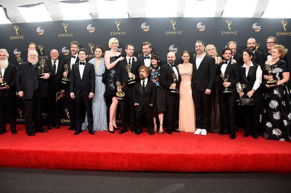 George R.R. Martin e il cast di Il trono di spade agli Emmy 2016