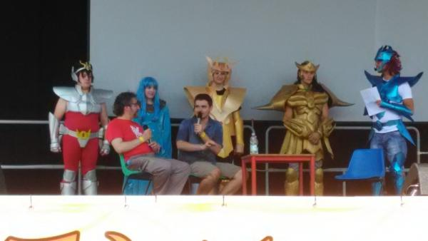 Marco Albiero (sulla destra) e Ivo de Palma (sulla sinistra) sul palco insieme ai cosplayers di Saint Seya
