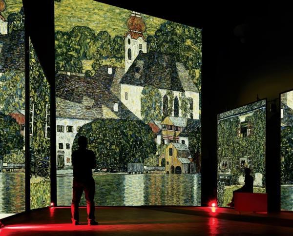 Sullo schermo centrale G. Klimt, Chiesa ad Unterach sul lago di Attersee, olio su tela, 1890-1918, Oesterreichische Galerie im Belvedere, Vienna. Sugli schermi laterali G. Klimt, La casa del guardaboschi (sul lago di Attersee), olio su tela, 1912, collezione privata.