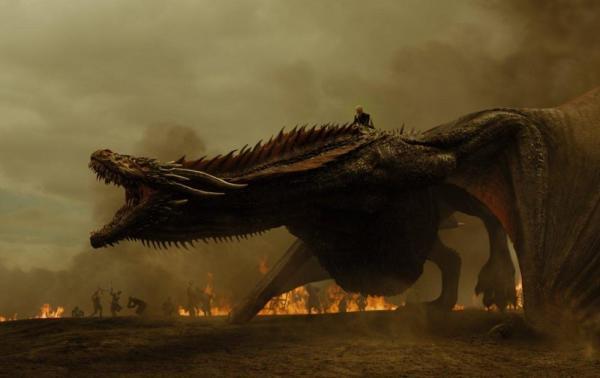 Daenerys a dorso del suo drago.