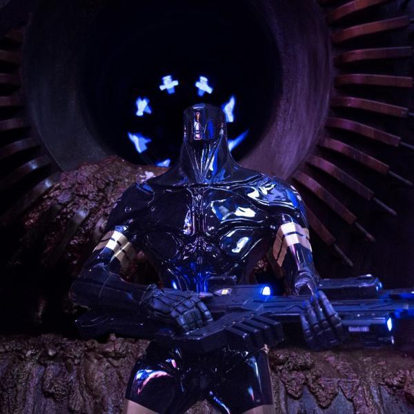 Un minaccioso K-Tron in Valerian e la città dei mille pianeti