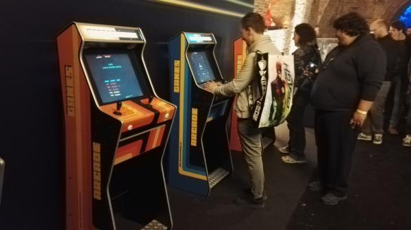 La sala giochi con cabinati funzionanti. Chissà se il miglior punteggio appartiene a Mad Max?