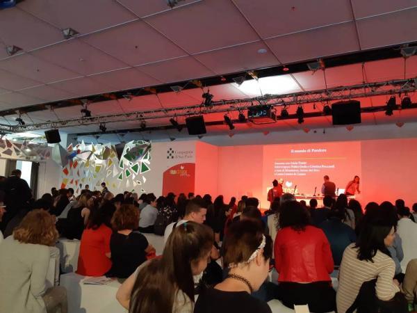 Il pubblico presente in attesa di Licia Troisi al Salone del Libro di Torino.
