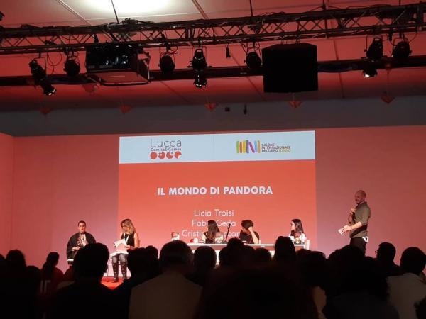 I tre partecipanti al quiz si sfidano sulle domande poste da Licia Troisi e Cristina Poccardi al Salone del Libro di Torino.