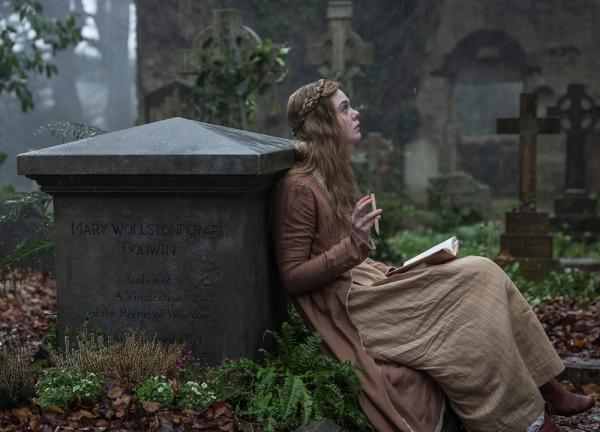 Elle Fanning nei panni di Mary Shelley in una scena del film