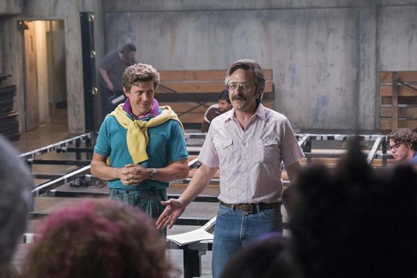 Marc Maron (a sinistra) e Chris Lowell (a destra) in <i>GLOW</i> (2017) [Fonte: Imdb.com]
