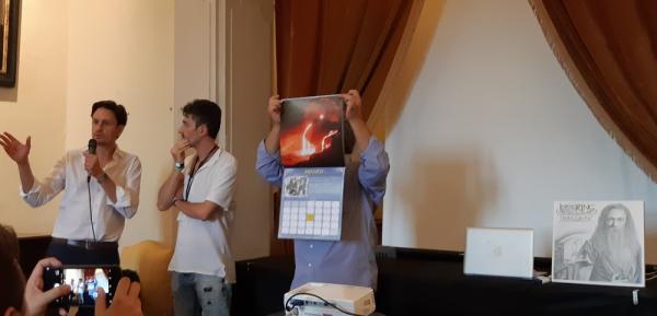 Il direttore generale di Lucca Comics & Games Emanuele Vietina, l'artista e direttore artistico di FantastikA Dozza Ivan Cavini e il presidente dell'Associazione Italiana Studi Tolkeniani Roberto Arduini (che solleva il Calendario 2019)