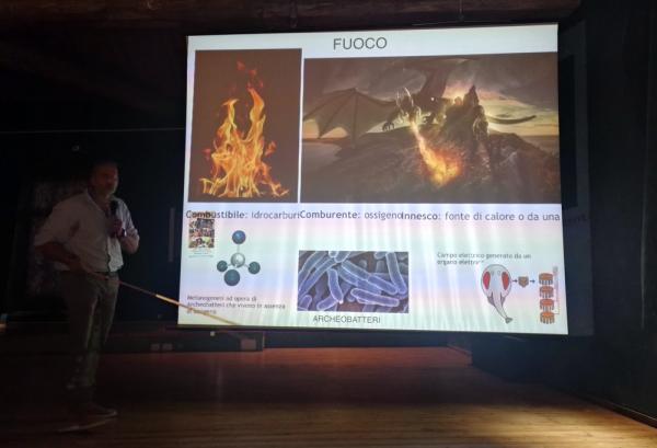 Il dottor Bombardi dimostra come i draghi potrebbero produrre ed emettere fuoco, a FantastikA Dozza 2018.