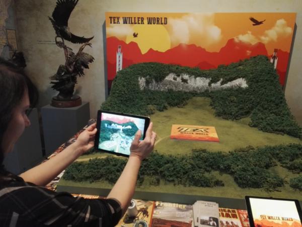 Alla mostra Tex. 70 anni di un mito, tramite tablet è possibile visualizzare in realtà aumentata il progetto in 3D del parco a tema Tex Willer World.