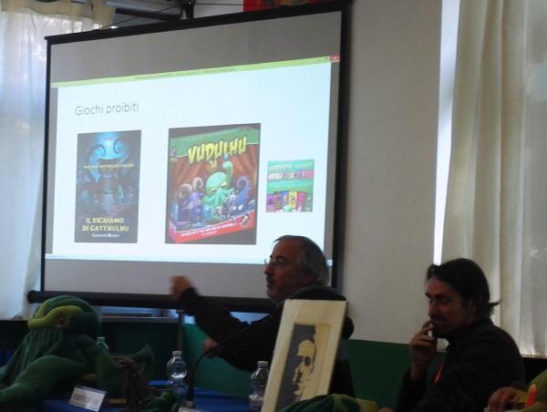 Roberto Savoini mostra al pubblico di Stranimondi alcune stranezze Lovecraftiane.