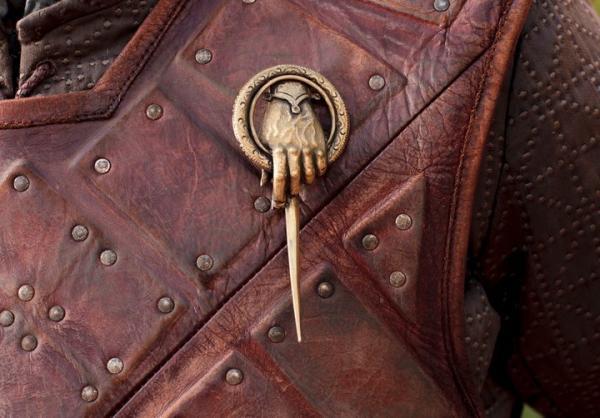 La spilla che indica la carica di Primo cavaliere nella serie del Trono di Spade. In inglese: the Hand of the King, la mano del re.