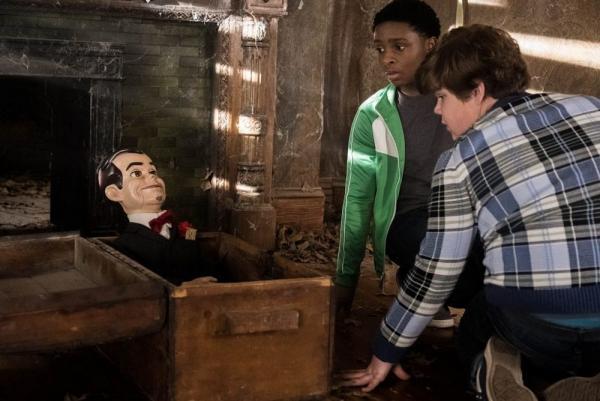 Sonny e Sam scoprono un baule nascosto e si manifesta il pupazzo Slappy in Piccoli Brividi 2: I fantasmi di Halloween.