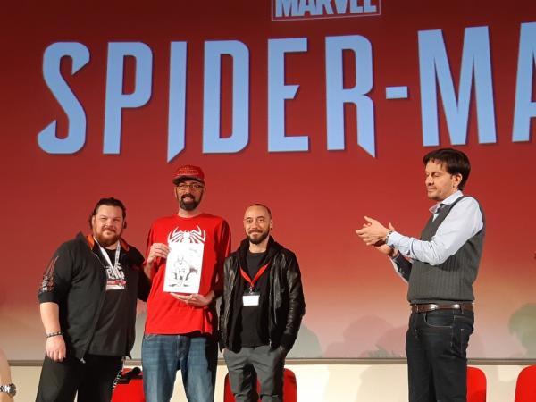 La consegna del disegno a Christian Cameron (maglia rossa al centro) a Lucca Comics & Games. Da sinistra: Marco Checchetto, Jacopo Camagni, Emanuele Vietina