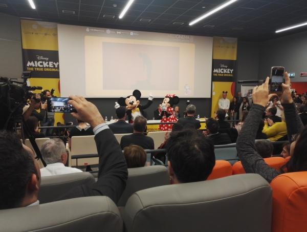 Topolino e Minni ballano sulle note della Marcia di Topolino all'inaugurazione della sala Medicinema del Niguarda di Milano.