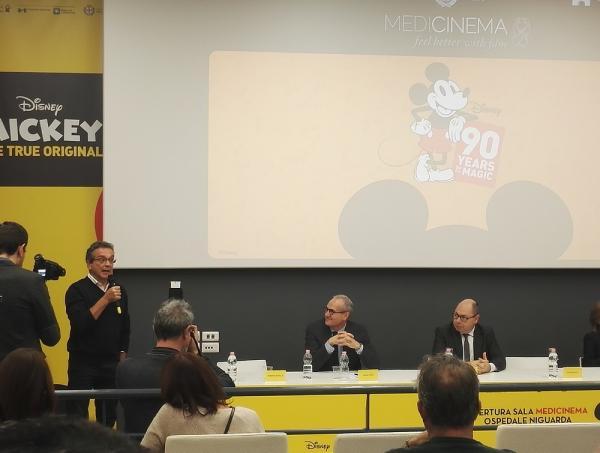 Roberto Santillo illustra la storia di Topolino all'inaugurazione della sala Medicinema del Niguarda di Milano.