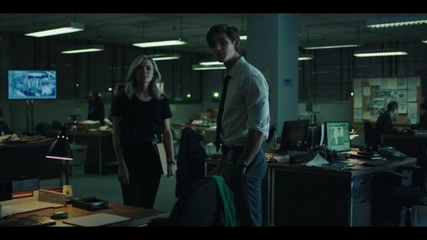 Amy Rohrbach (Lindsey Gort) e Dick Grayson (Brenton Thwaites) nella stazione di polizia di Detroit in Titans (2018).