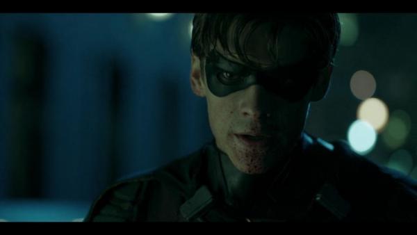 Robin (Brenton Thwaites) usa una tecnica di combattimento decisamente violenta in Titans (2018)