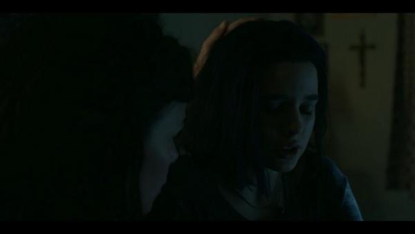 La madre di Rachel Roth (Teagan Croft) consola la ragazza in seguito a un sogno/visione in Titans (2018).