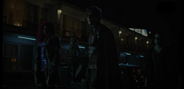 Starfire (Anna Diop), Beast Boy trasformato in una tigre, Robin (Brenton Thwaites) e Raven (Teagan Croft) sono pronti ad affrontare il nemico in Titans (2018).
