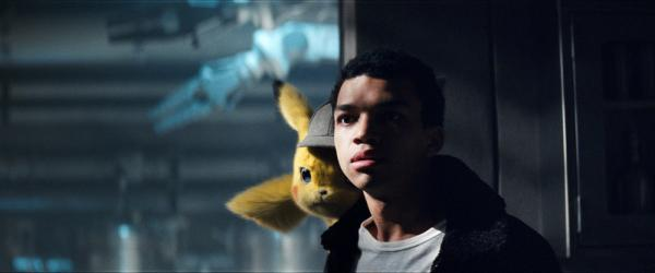 Justice Smith e Pikachu in Pokémon Detective Pikachu.