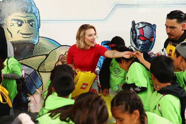 Scarlett Johansson partecipa alla costruzione Lego. © 2019 Disney Enterprises.