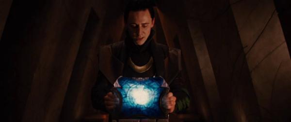 Loki con il Tesseract in un fotogramma tratto da Thor (2011)