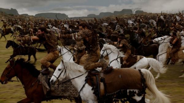 Attacco dei Dothraki, al galoppo e armati di archi ricurvi, nella battaglia della Strada dell'Oro