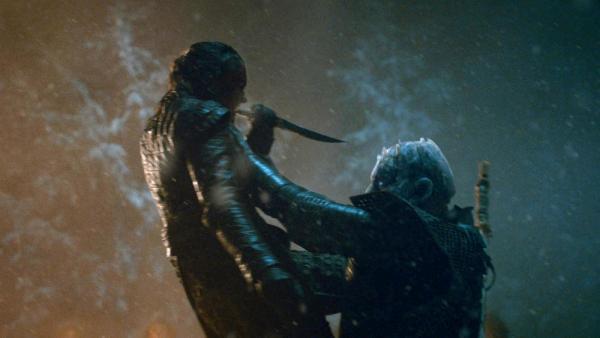 Arya Stark (Maisie Williams) annienta il Re della Notte (Vladimir Furdik)