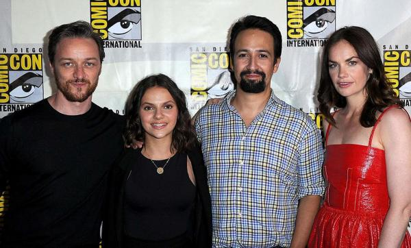 Il cast di His Dark Materials. Da sinistra: James McAvoy, Dafne Keen, Lin Manuel Miranda, Ruth Wilson