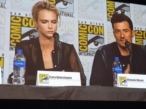 Cara Delevingne e Orlando Bloom durante il panel di Carnival Row al San Diego Comic-Con 2019
