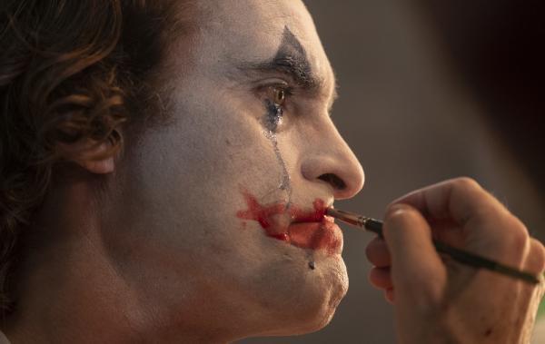 Joaquin Phoenix è Arthur Fleck in Joker, prodotto da Warner Bros. Pictures, Village Roadshow Pictures e BRON Creative. Foto di Niko Tavernise.