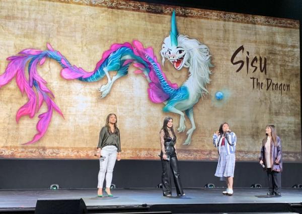 Il cast di Raya and the Last Dragon sul palco del D23 Expo 2019. (Dal profilo twitter @DisneyStudios)