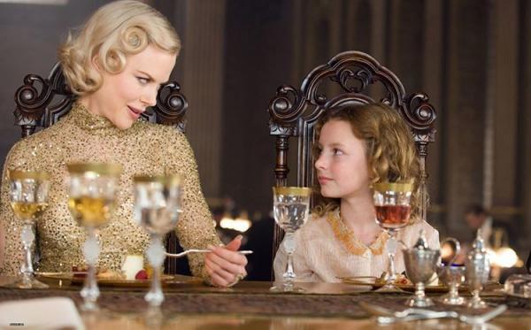 La Sig.ra Coulter (Nicole Kidman) e Lyra (Dakota Blue)