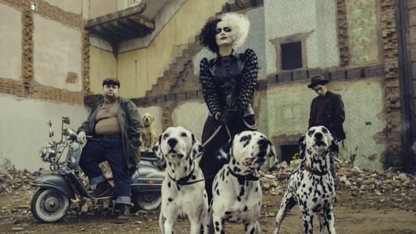 Da sinistra:Paul Walter Hauser (Horace), Emma Stone (Cruella) e Joel Fry (Jasper) nel film Cruella (2021)