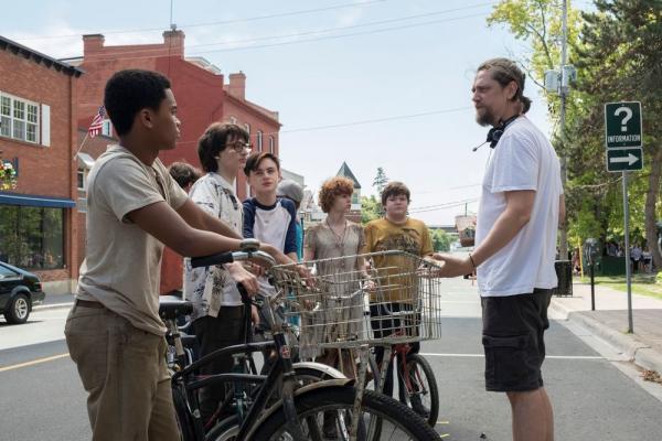 Il regista Andy Muschietti dirige i giovani attori. Foto: Brooke Palmer. © 2019 WARNER BROS. ENTERTAINMENT INC.