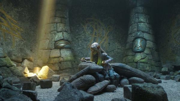 Brea cerca di risolvere un enigma in Dark Crystal: La resistenza.