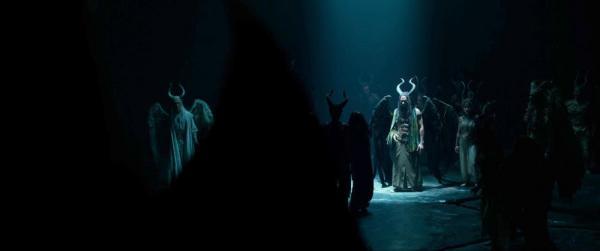 Chiwetel Ejiofor è Conall insieme alle Creature delle Tenebre in Maleficent - Signora del Male.