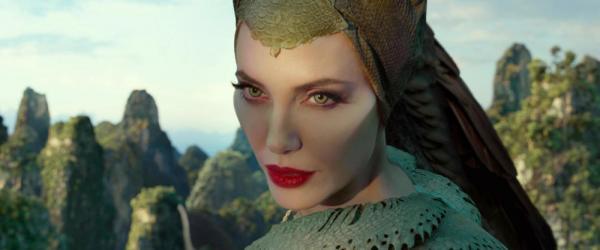 Lo sguardo magnetico di Angelina Jolie nei panni di Malefica in Maleficent - Signora del Male.
