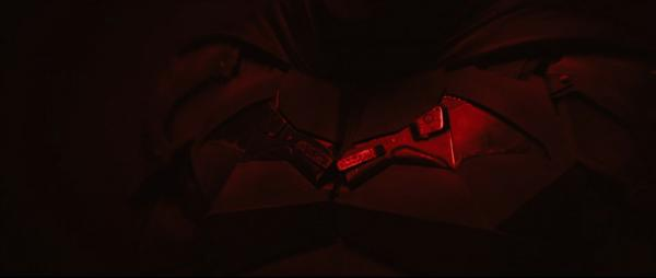 Un dettaglio sul pipistrello stilizzato del costume di The Batman